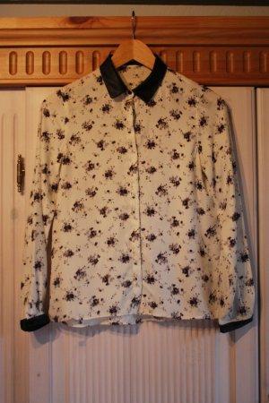 Bluse in cremeweiß mit schwarzem floralen Muster und Leder-Details an Kragen und Ärmeln