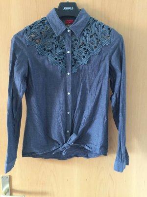 Bluse in Jeansblau mit Spitzeneinsatz