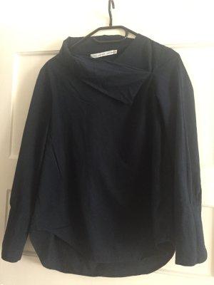 Bluse mit asymmetrischem Kragen