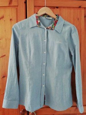 Bluse mit Blümchennuster an der Knopfleiste und am Kragen