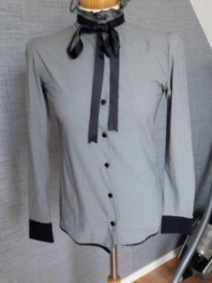 Bluse mit schwarzer Schleife