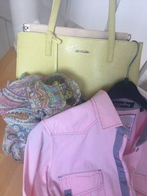 Bluse, seidenschal und Handtasche