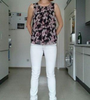 Bluse und weiße Röhrenjeanso