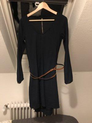 Blusenkleid mit braunem Gürtel