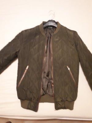 Bomberjacke in khaki und leicht glänzenden Stoff. rosegoldene Details