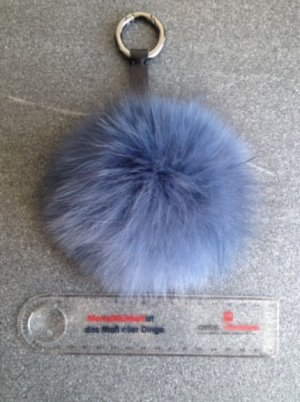 Bommel Taschenanhänger Echtfell zu verkaufen, Blau-Grau