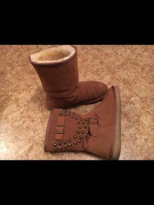 Boots in braun mit Nieten