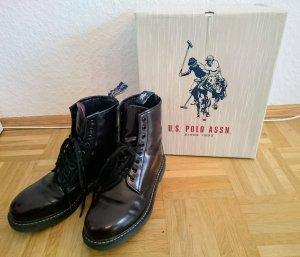 Boots in Dunkeldunkelrot