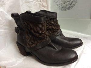 Boots mit Metalperlen und Schnalle