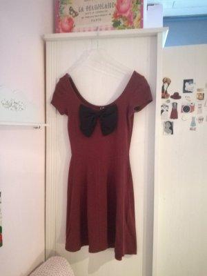 Bordeaurotes Kleid mit Schleife