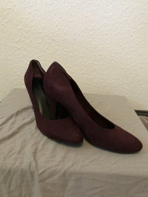 Bordeaux farbende Pumps