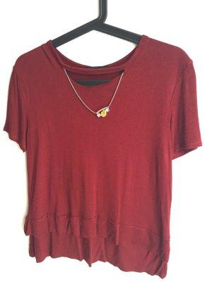 Bordeaux-farbener Shirt mit chicer Zierkette von Zara