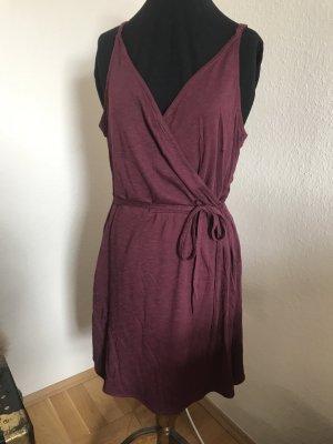 Bordeaux-farbenes Kleid in Wickeloptik