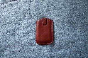 bordeauxfarbene Handytasche aus Kunstleder von Tchibo