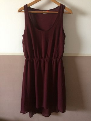 Bordeauxfarbenes Kleid hinten länger