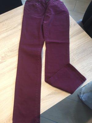 Bordeauxfarbige Jeans