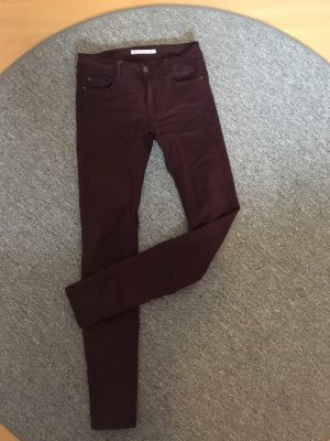 Bordeauxrote Jeans