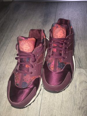 Bordeauxrote Nike huaraches