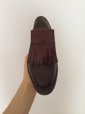 Bordeauxrote Schuhe im OxfordStil