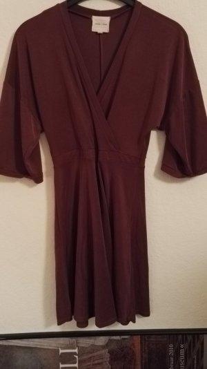 Bordeauxrotes Kimono-Kleid