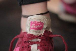 Bordeuxrote Sneaker von der Marke Onitsuka Tiger