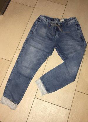 Boyfriend Jeans im sportlichen Look