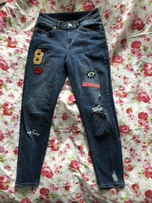 Boyfriend-Jeans mit Stickern