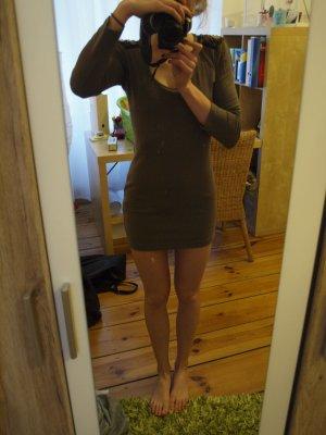 Braun-beiges Kleid mit Schulterpailletten