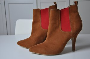 braune Ankle Boots mit rotem Stretch