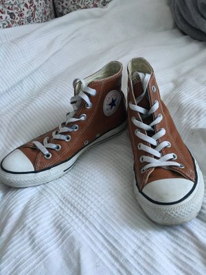 Braune Converse in Lederoptik