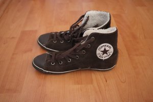 braune Converse mit Fell
