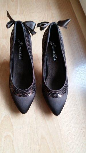 braune elegante Schuhe mit Pailletten und Schleife