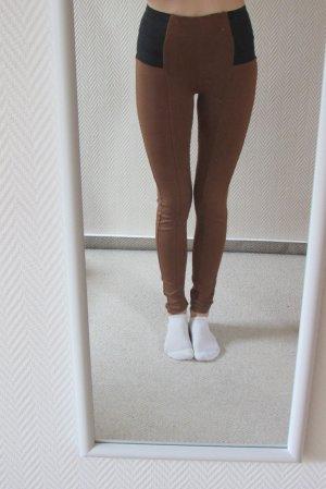 Braune, figurbetonte Leggings mit schwarzer Applikation