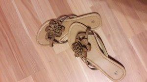 Braune Flip Flops mit Blume in Größe 39