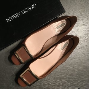 Braune Giorgio Armani Schuhe mit goldener Spange