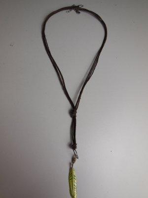 Braune Halskette mit Charm