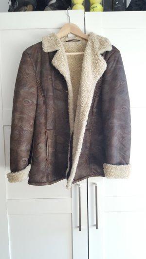 braune Jacke mit leichtem Muster und fell