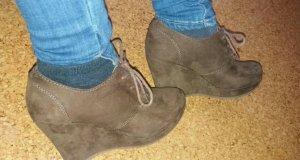 Braune Keilabsatz Schuhe