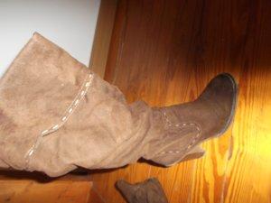 Braune kniehohe Stiefel