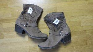 Braune luftige Stiefel