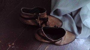 braune rauleder Schuhe mit riemen
