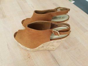 Braune Sandalen mit Keilabsatz