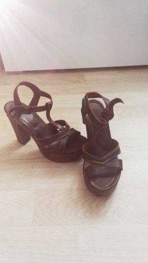 Braune Sandalen mit Plateau-Absatz