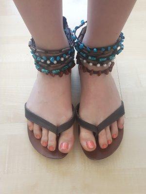 braune Sandalen mit türkisfarbenen, braunen und weißen Perlen