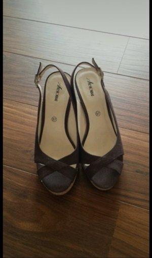 Braune Schuhe mit Keilabsatz