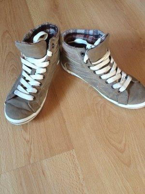 Braune Sneaker high.