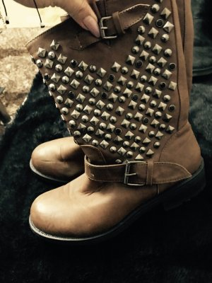 Braune Stiefel mit Nieten