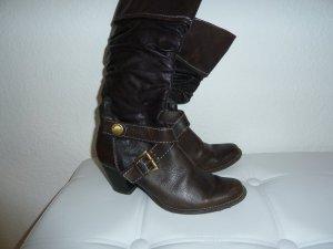 Braune Stiefel mit Schnallen