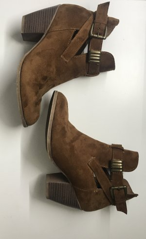 Braune Stiefelette Cut Out