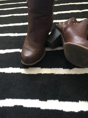 Braune Stiefeln mit Nieten